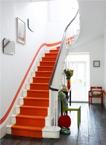 scala bianca con passatoia arancione